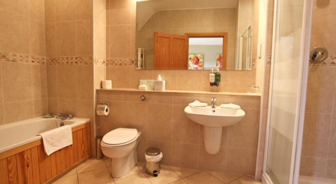 Teach de Broc Guesthouse bathroom suite